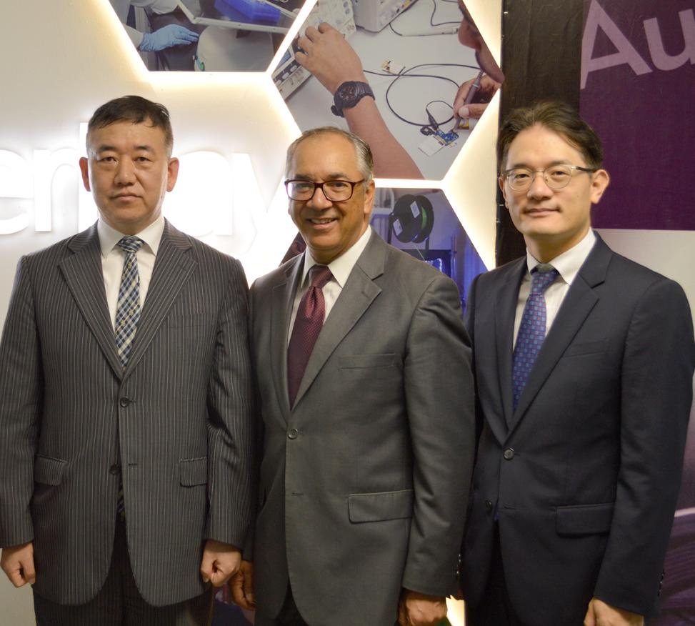 Embajador de Corea Sr. Byung-yun Kim Presidente Parque Cibernetico e ITLA Sr. Eddy Martinez y Changwon Jung
